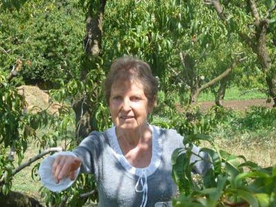 Madame Salles qui cultive son jardin pour les frères Pourcel à Castelnau-Le-lez